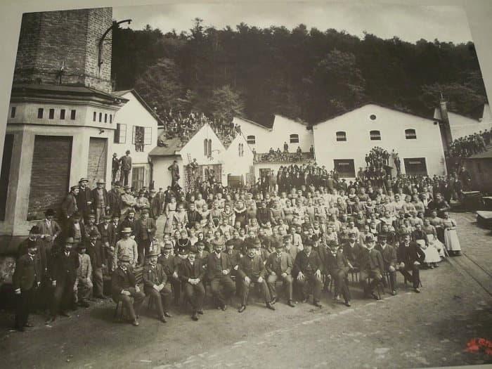 Vedení a zaměstnanci podniku shromáždění na továrním nádvoří roku 1904
