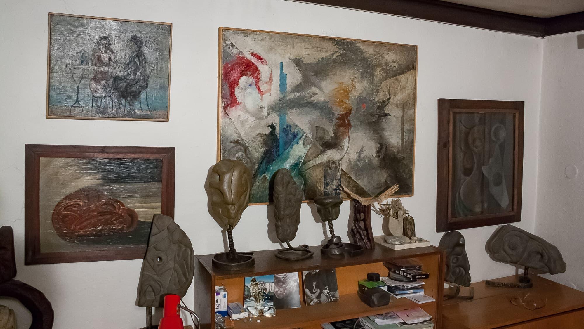 Obrazy a vytesané kameny u Ivana Šimáčka na Posluchově