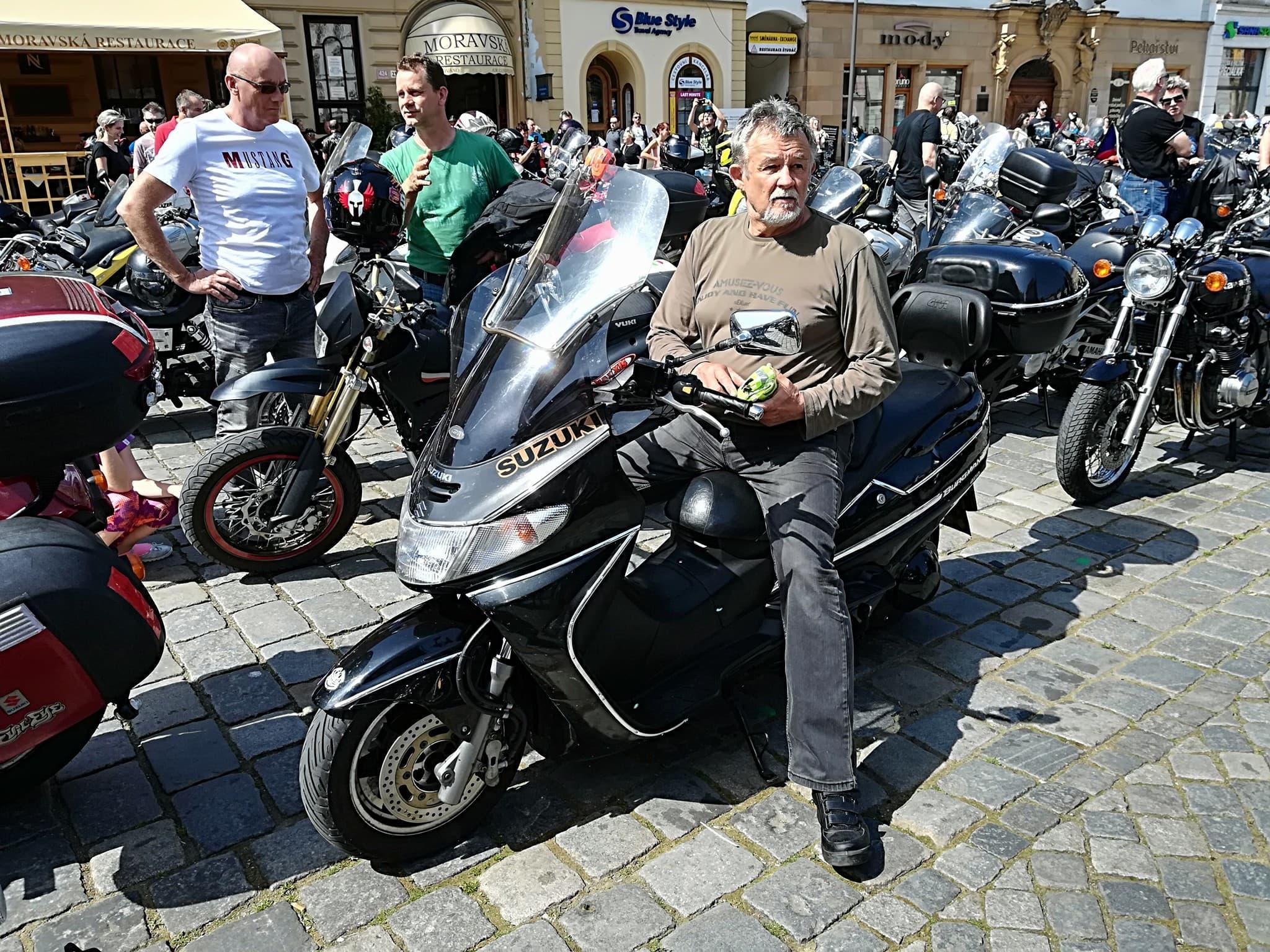 Motosraz na Horním náměstí v Olomouci